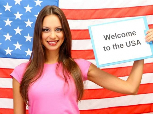 Девушка на фоне американского флага