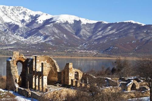 Озеро Пресла в Македонии и развалины