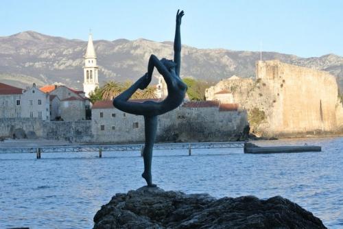 Статуя девушки в Черногории
