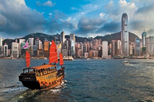 Китайская джонка на фоне Гонконга