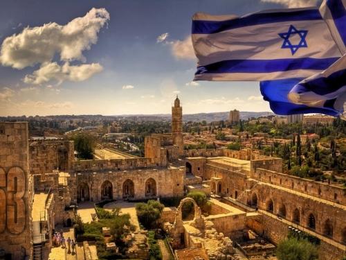 Израильский флаг над городом