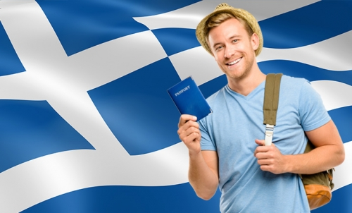 Турист на фоне греческого флага