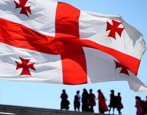 Флаг Грузии на фоне неба