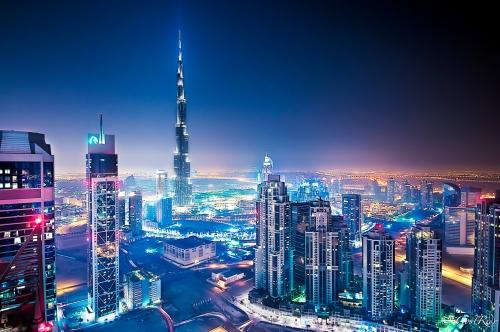 Огни ночных небоскребов в Арабских Эмиратах