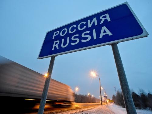 Указатель на въезде в Россию