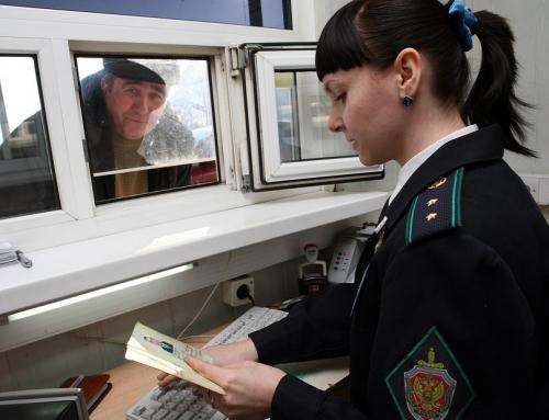 Девушка проверяет паспорт мигранта
