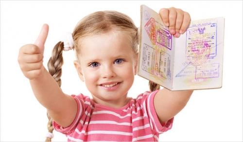 Девочка с косичками и загранпаспортом