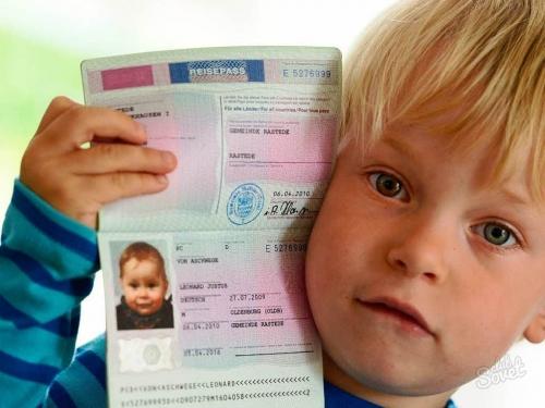 Маленький мальчик с загранпаспортом