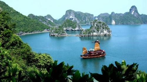 Вьетнамская джонка в море
