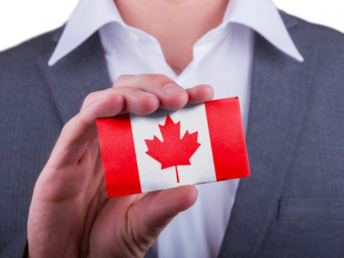 Флаг Канады в руках