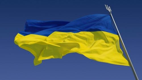 Флаг Украины на фоне неба