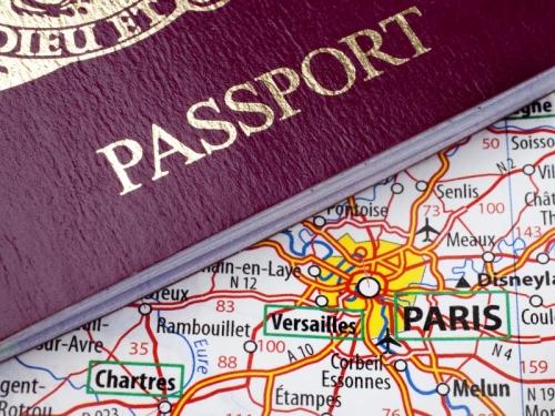 Паспорт и карта Парижа