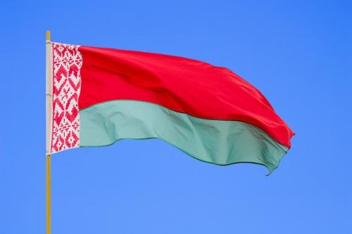 Флаг Белоруссии на фоне неба