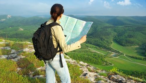 Девушка с картой в горах