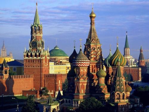Кремль и Собор Василия Блаженного - узнаваемые достопримечательности России
