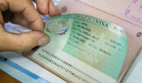 Наклеивание шенгенской визы