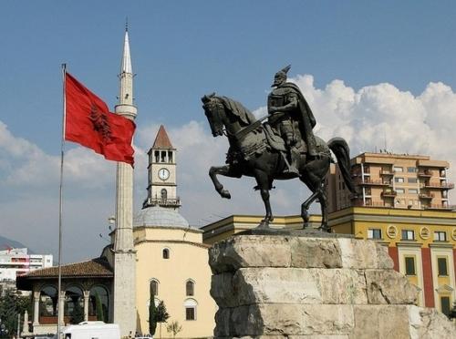 Памятник в Албании